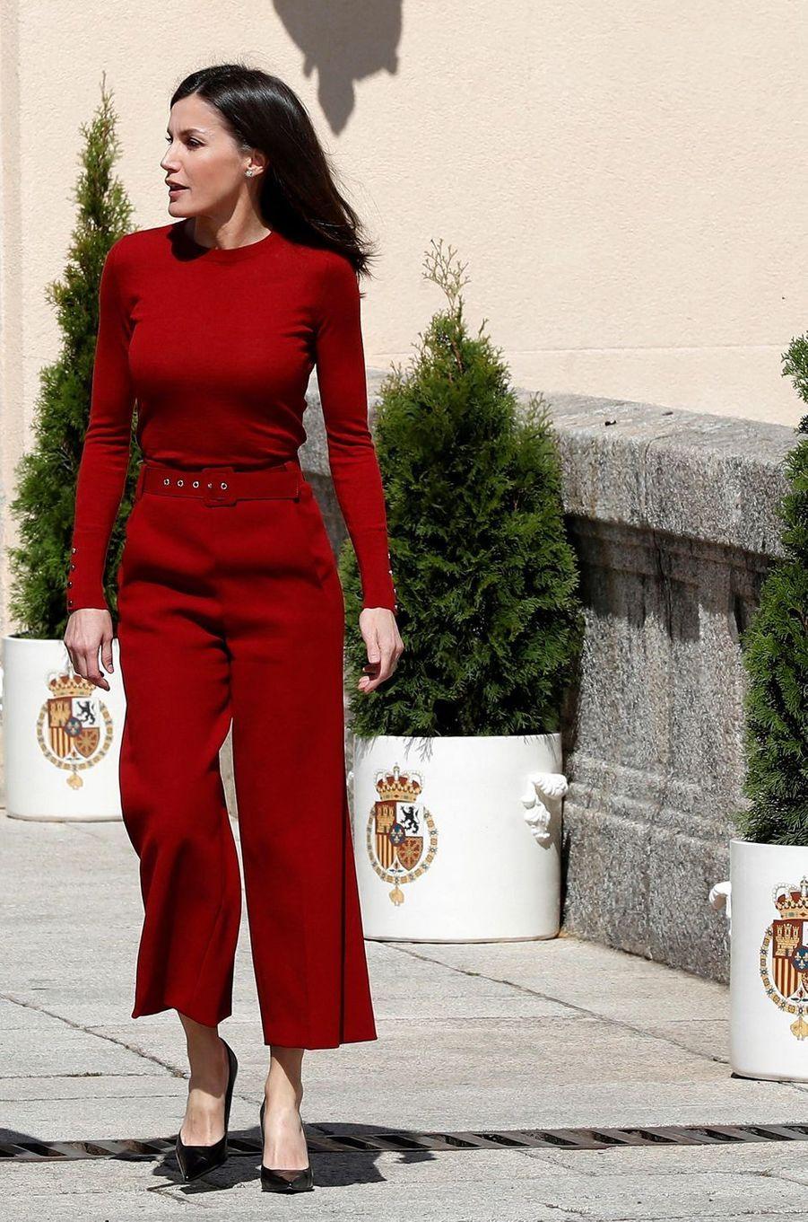 La reine Letizia d'Espagne, dans un ensemble pantalon Hugo Boss, le 21 mars 2019