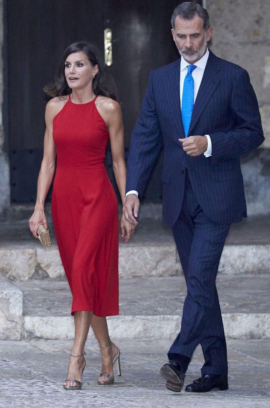 La reine Letizia d'Espagne, dans une robe rouge, le 8 août 2019