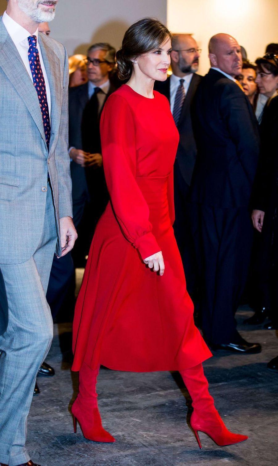 La reine Letizia d'Espagne, dans une robe et des bottes rouges, le 22 février 2018