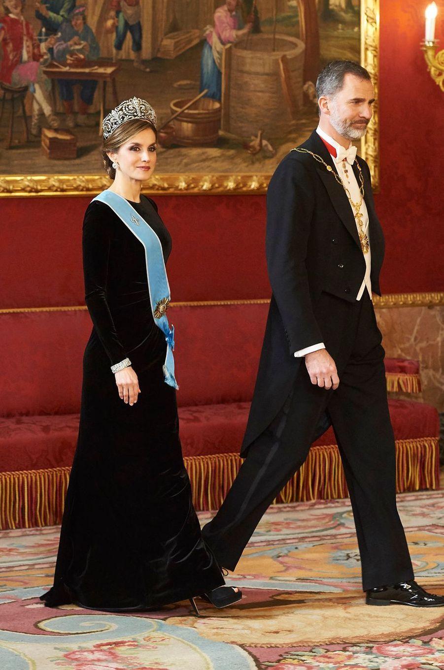 """La reine Letizia d'Espagne coiffée du diadème """"fleur de lys"""", avec le roi Felipe VI, le 22 février 2017"""