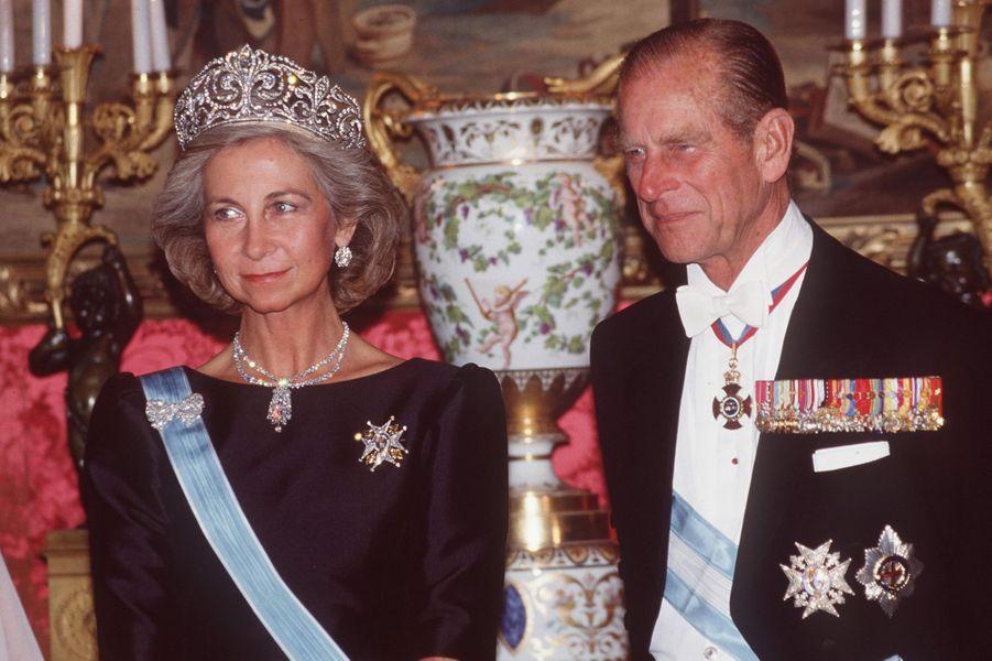 """La reine Sofia d'Espagne coiffée du diadème """"fleur de lys"""", avec le prince Philip, le 17 octobre 1988"""