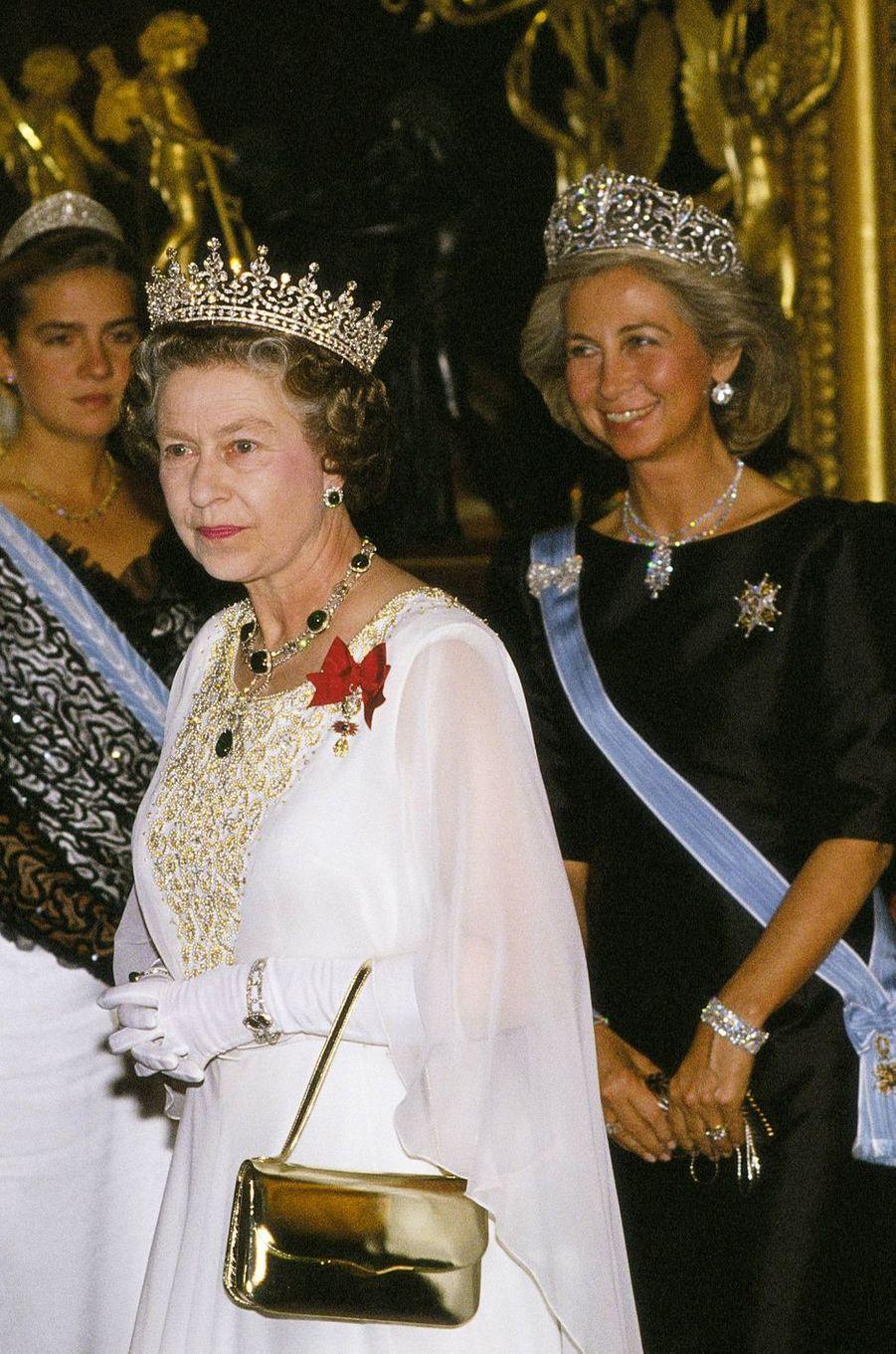 """La reine Sofia d'Espagne coiffée du diadème """"fleur de lys"""", avec la reine Elizabeth II, le 17 octobre 1988"""
