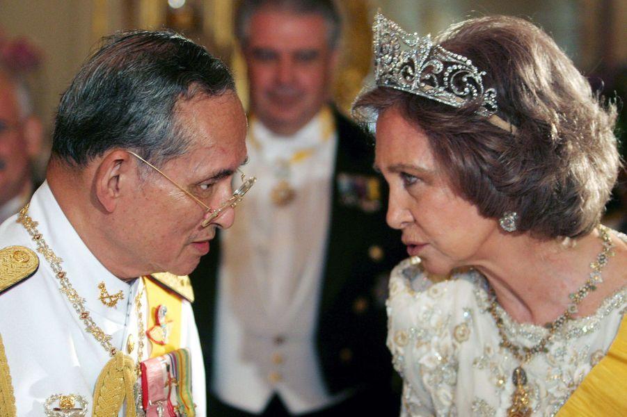 """La reine Sofia d'Espagne coiffée du diadème """"fleur de lys"""", avec le roi de Thaïlande, le 13 juin 2006"""