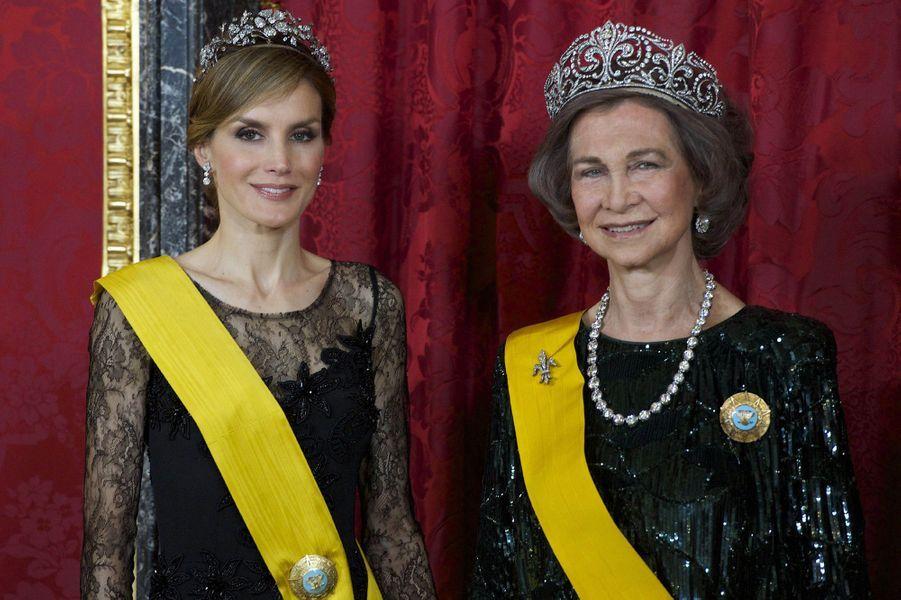 """La reine Sofia d'Espagne coiffée du diadème """"fleur de lys"""", avec Letizia, alors princesse des Asturies, le 9 juin 2014"""