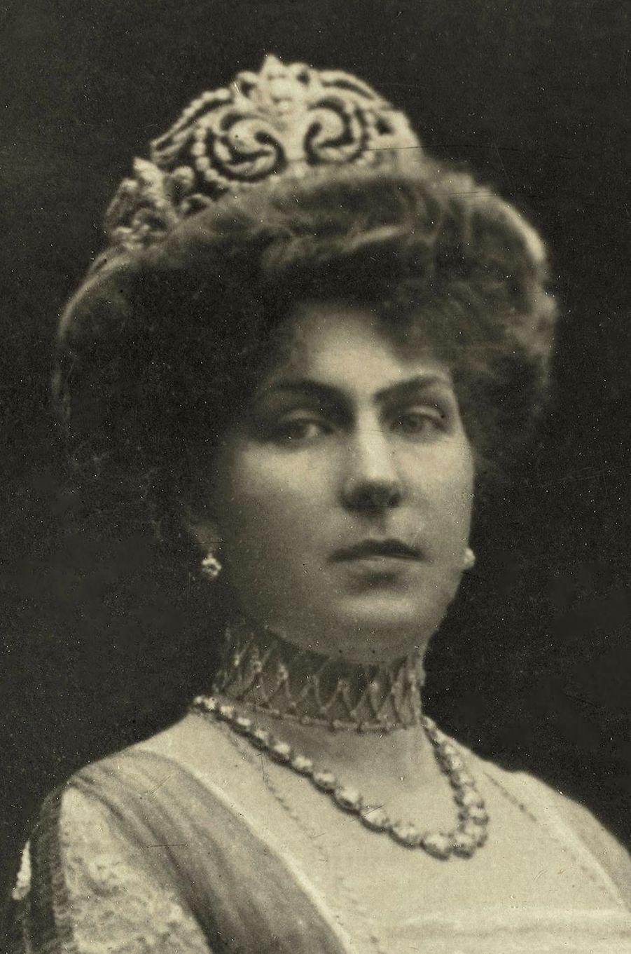 """La reine Victoria-Eugenie d'Espagne coiffée de son diadème """"fleur de lys"""" ouvert sur l'arrière"""