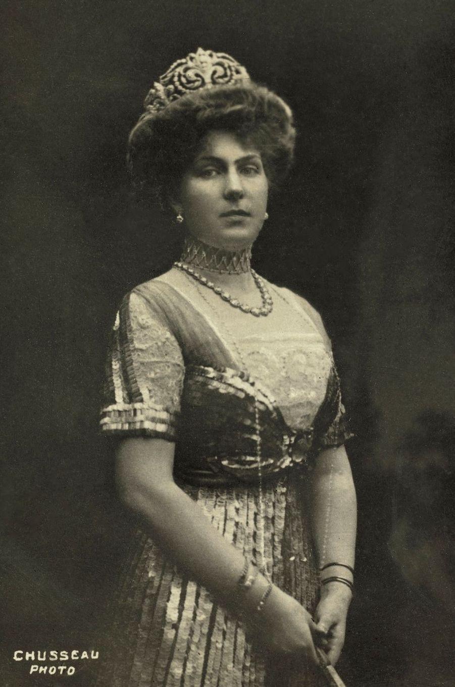 """La reine Victoria-Eugenie d'Espagne coiffée du diadème """"fleur de lys"""" après qu'elle l'ait fait modifier"""
