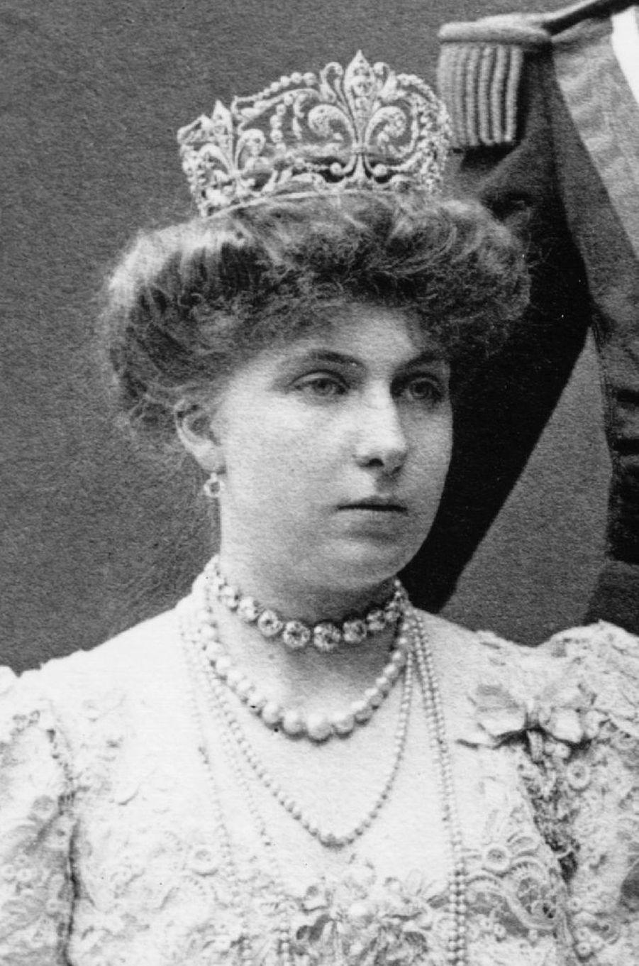 """La reine Victoria-Eugenie d'Espagne coiffée du diadème """"fleur de lys"""" dans sa version d'origine"""