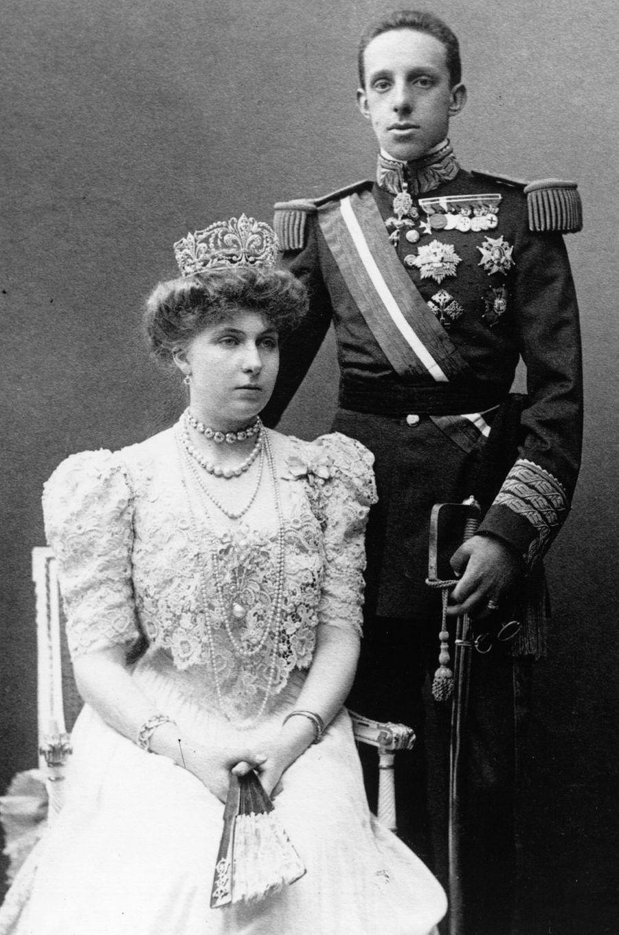 """La reine Victoria-Eugenie d'Espagne (avec le roi Alfonso XIII) coiffée du diadème """"fleur de lys"""" dans sa version d'origine, le 1er mai 1906"""