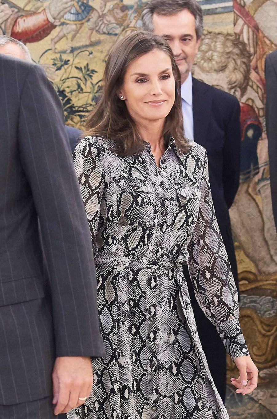 La reine Letizia d'Espagne, en Massimo Dutti, à Madrid le 8 octobre 2019