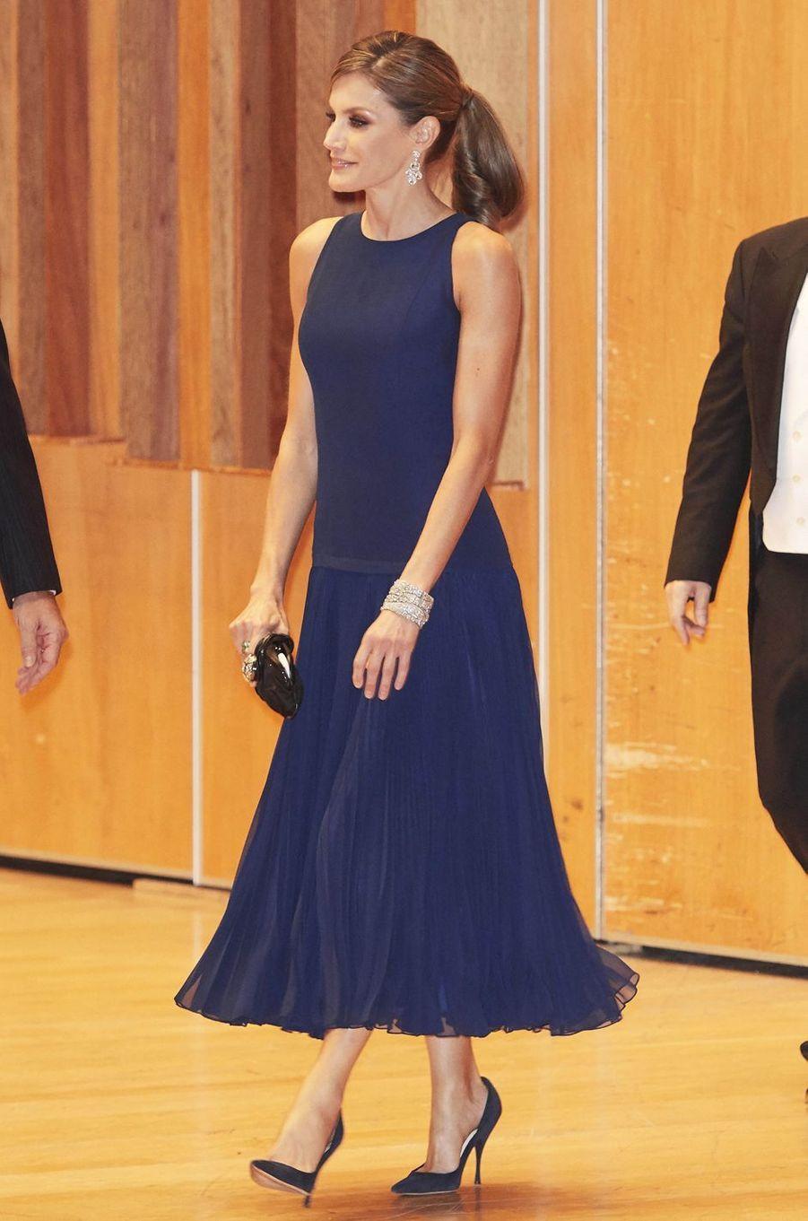 La reine Letizia d'Espagne en Felipe Varela, le 19 octobre 2017