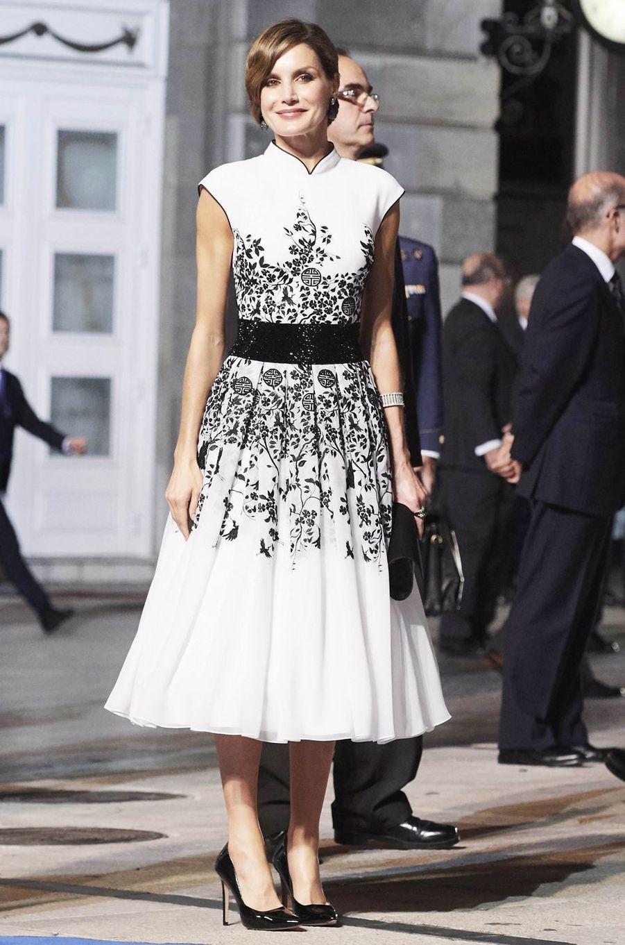 La reine Letizia d'Espagne en Felipe Varela, le 20 octobre 2017