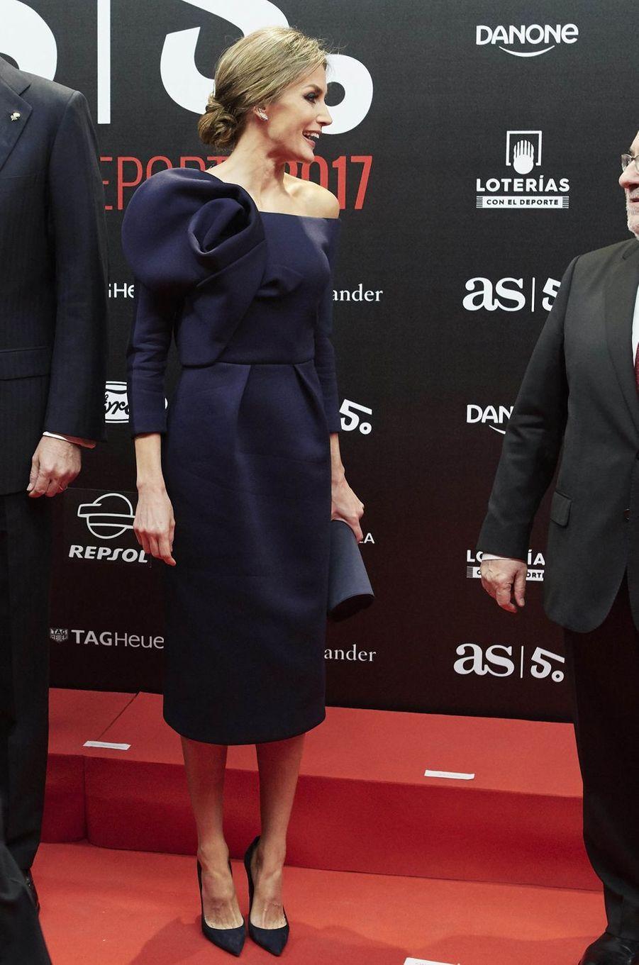 La reine Letizia d'Espagne en Delpozo, le 4 décembre 2017