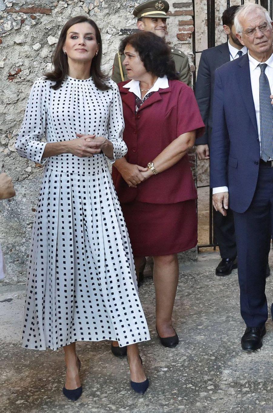 La reine Letizia d'Espagne dans une robe Massimo Dutti à La Havane, le 14 novembre 2019