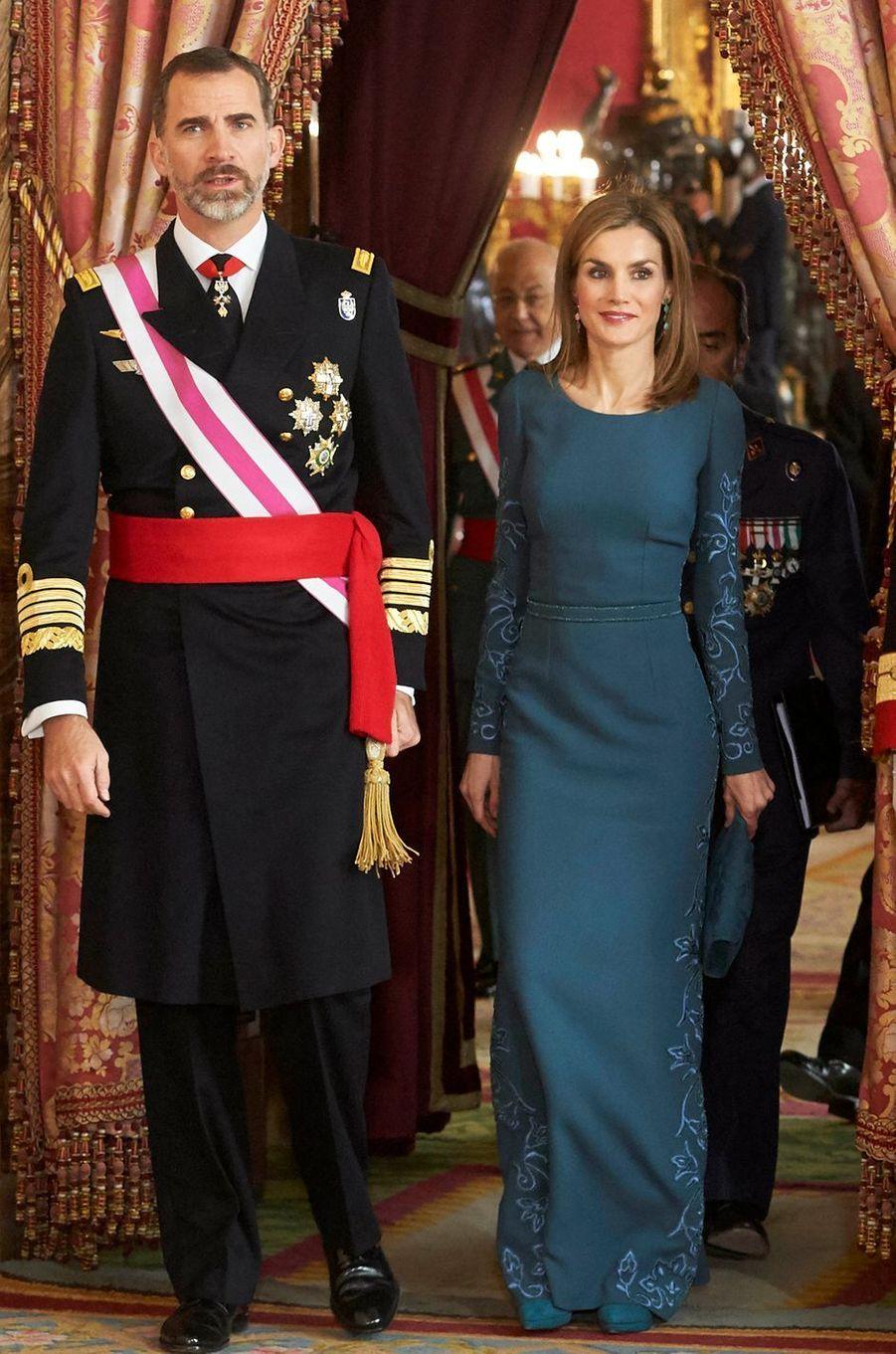 Le look de la reine Letizia d'Espagne à la Pascua Militar à Madrid le 6 janvier 2015