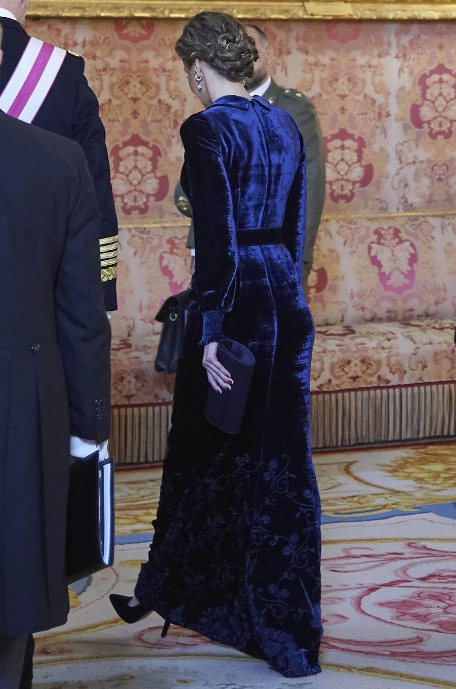 La reine Letizia d'Espagne, de dos, à la Pascua Militar à Madrid le 6 janvier 2018