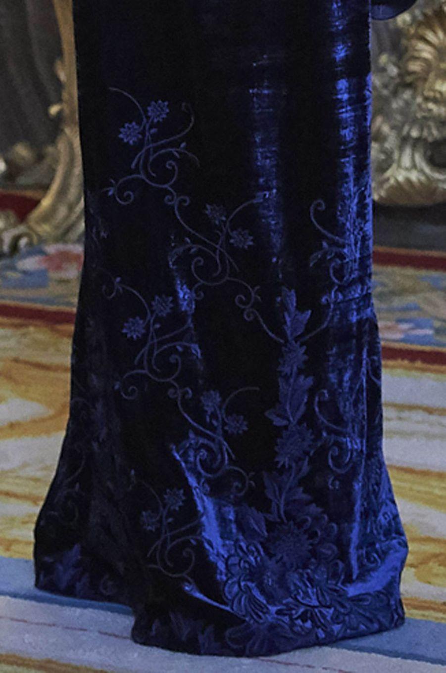 Le détail des broderies de la robe de la reine Letizia d'Espagne à la Pascua Militar à Madrid le 6 janvier 2018