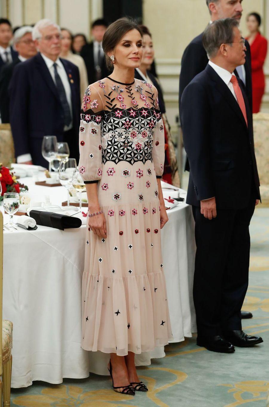 La reine Letizia d'Espagne dans une robe Temperley London à Séoul, le 23 octobre 2019