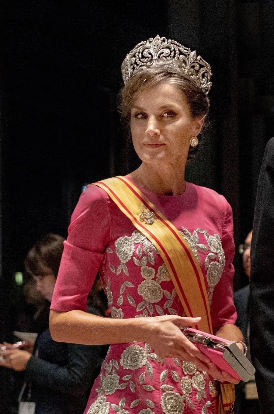 La reine Letizia d'Espagne coiffée du diadème fleur de lys à Tokyo, le 22 octobre 2019