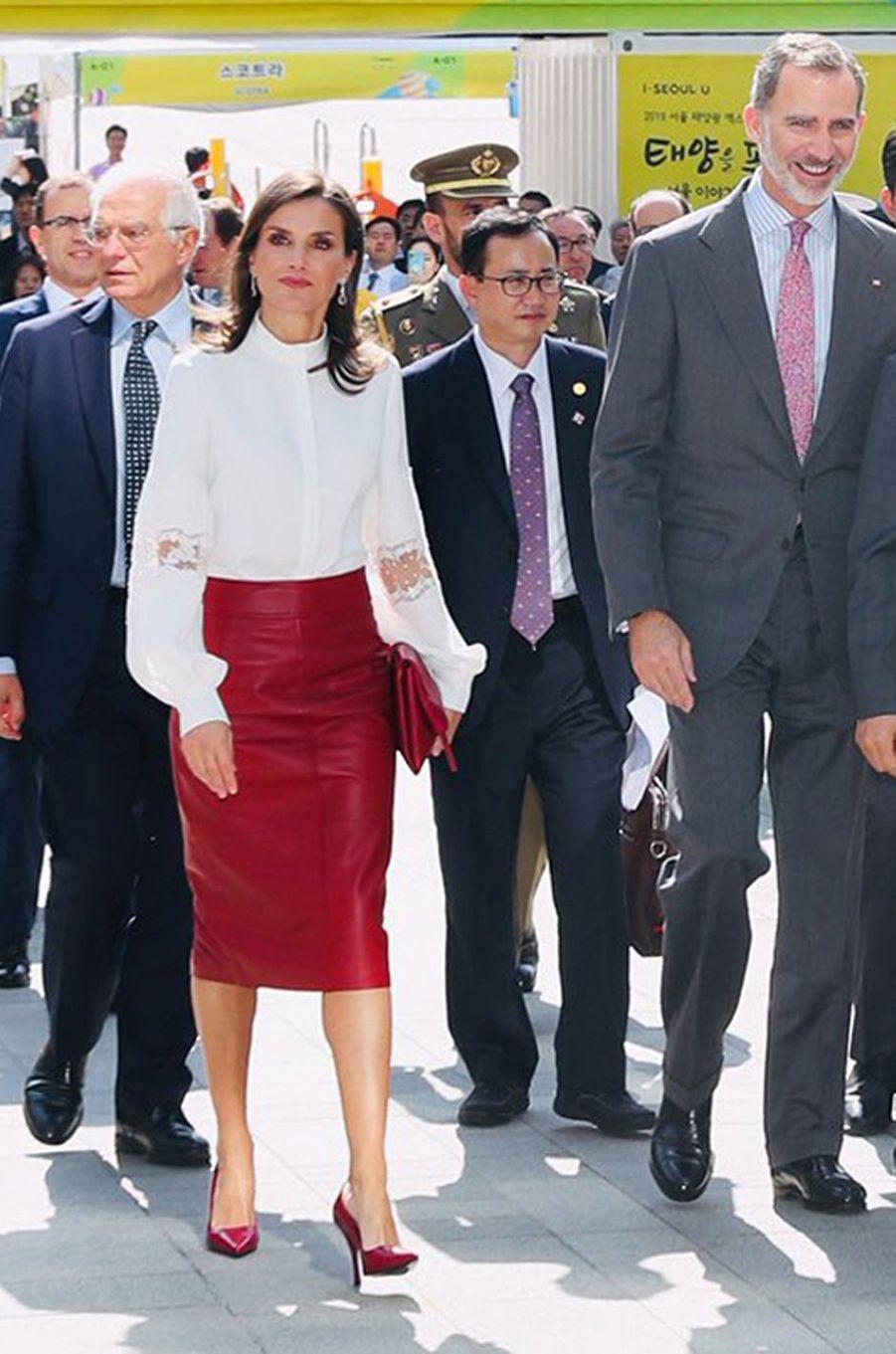 La reine Letizia d'Espagne dans une blouse Carolina Herrera et une jupe Hugo Boss à Séoul, le 24 octobre 2019