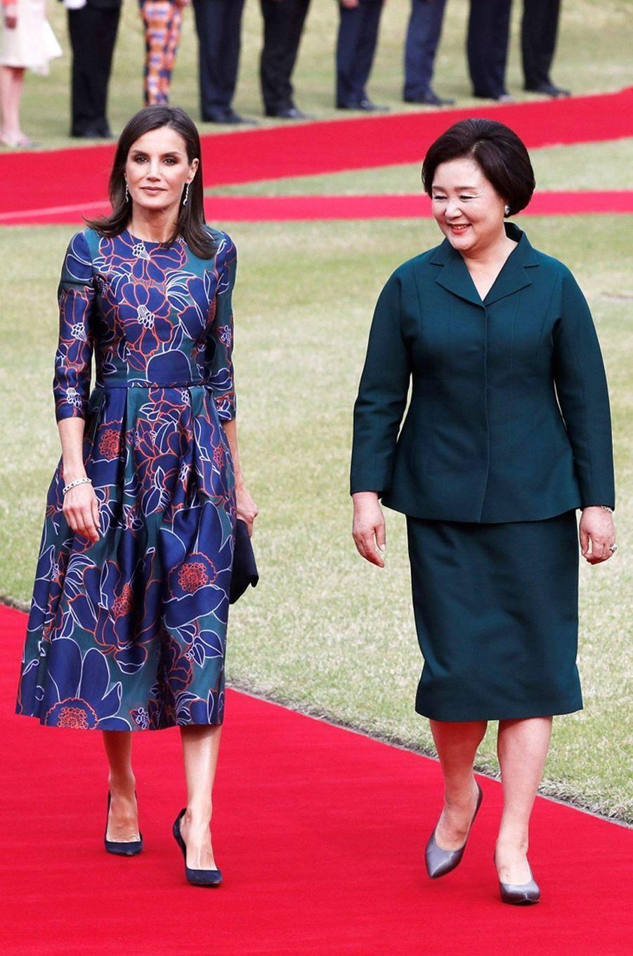 La reine Letizia d'Espagne dans une robe Carolina Herrera à Séoul, le 23 octobre 2019