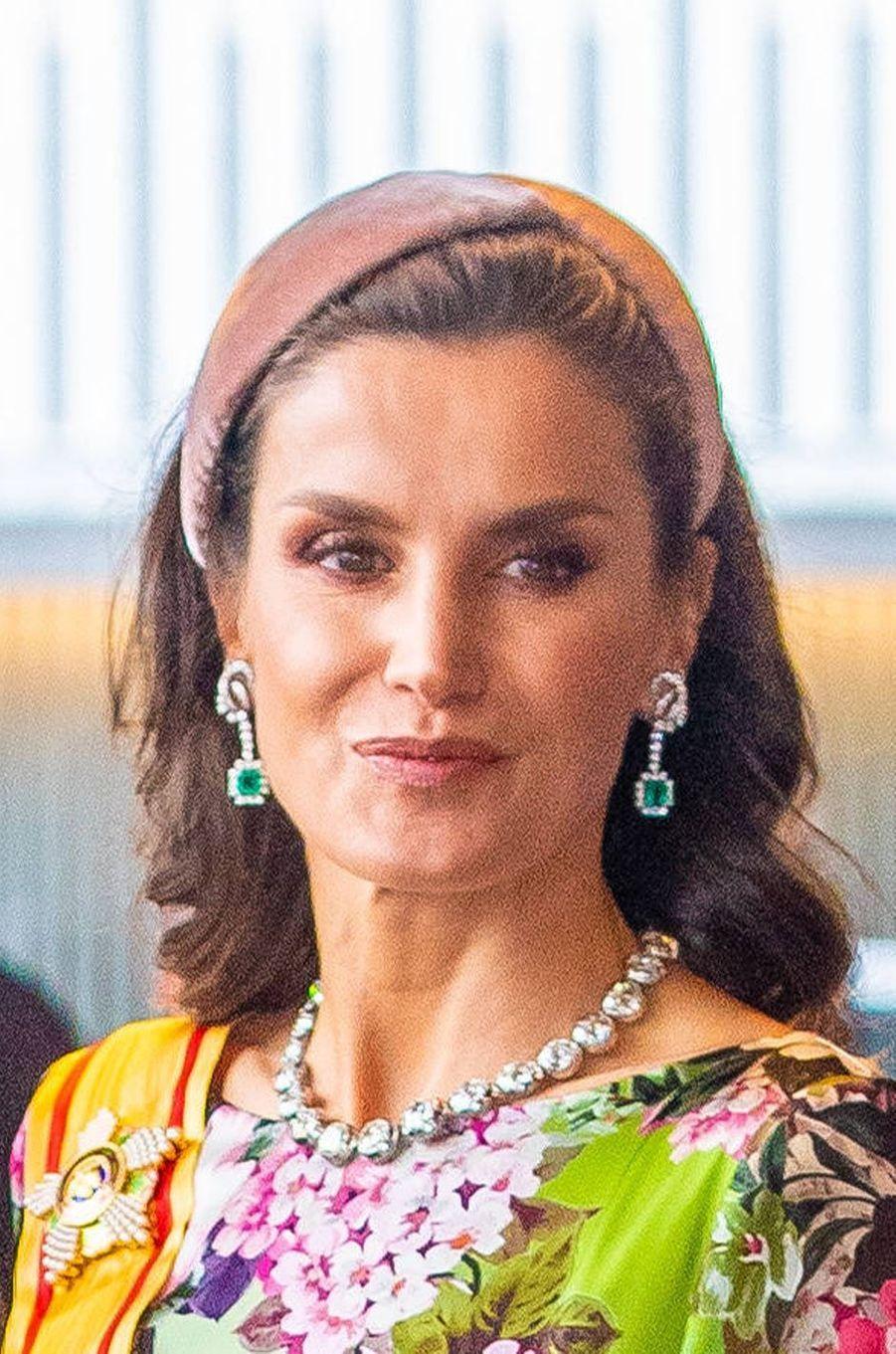 """La reine Letizia d'Espagne parée du """"collar de chatones"""" à Tokyo, le 22 octobre 2019"""