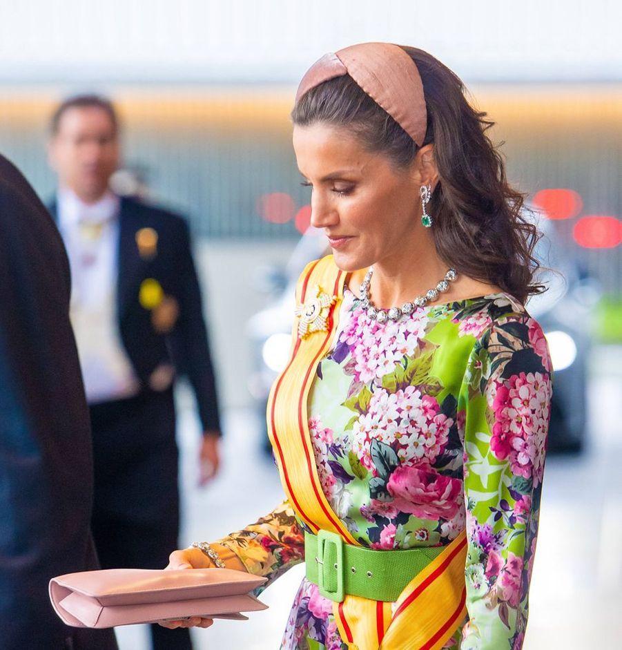 La reine Letizia d'Espagne porte un bandeau Nana Golmar à Tokyo, le 22 octobre 2019