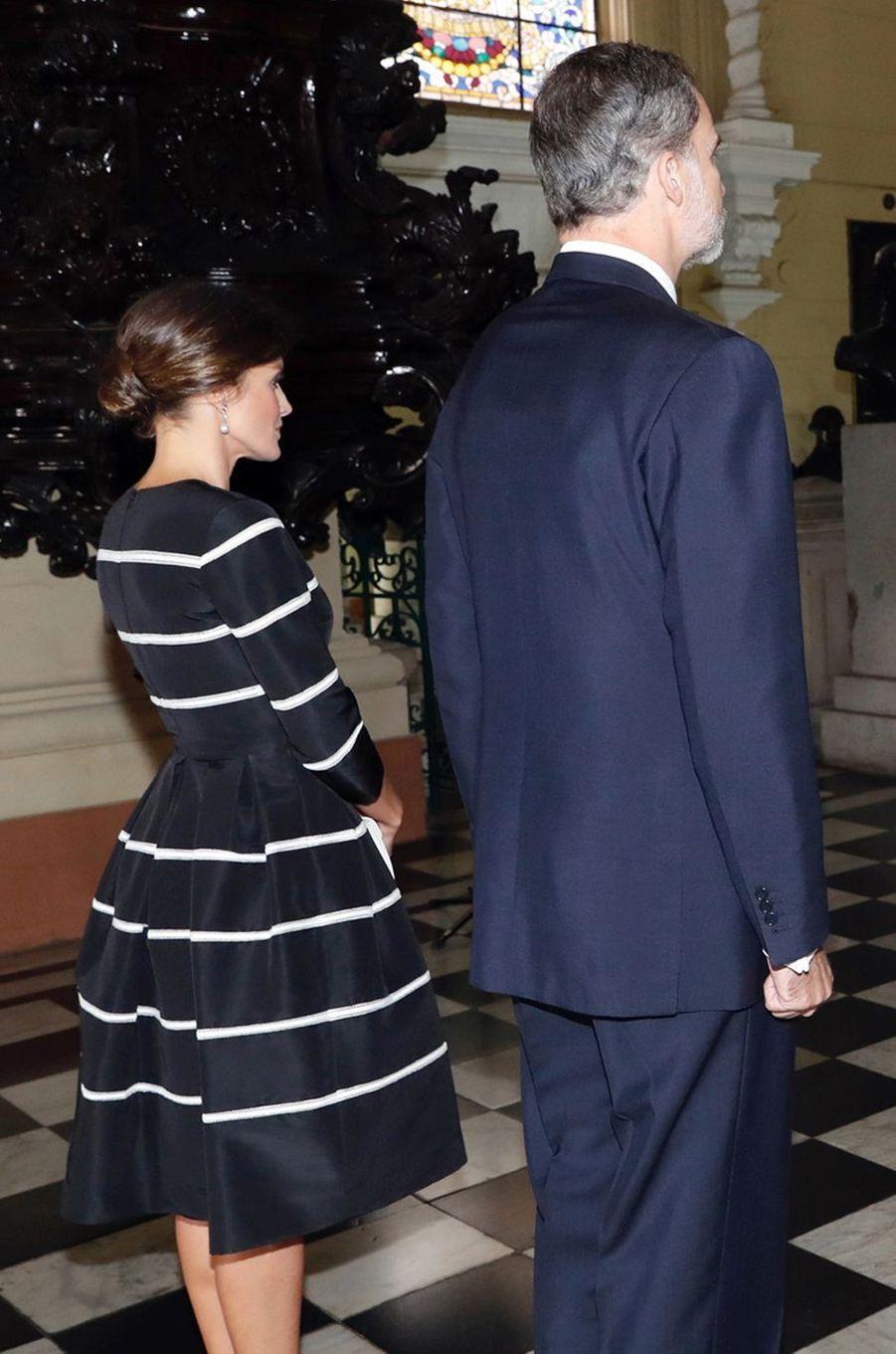 La reine Letizia d'Espagne, de dos, à Lima le 12 novembre 2018