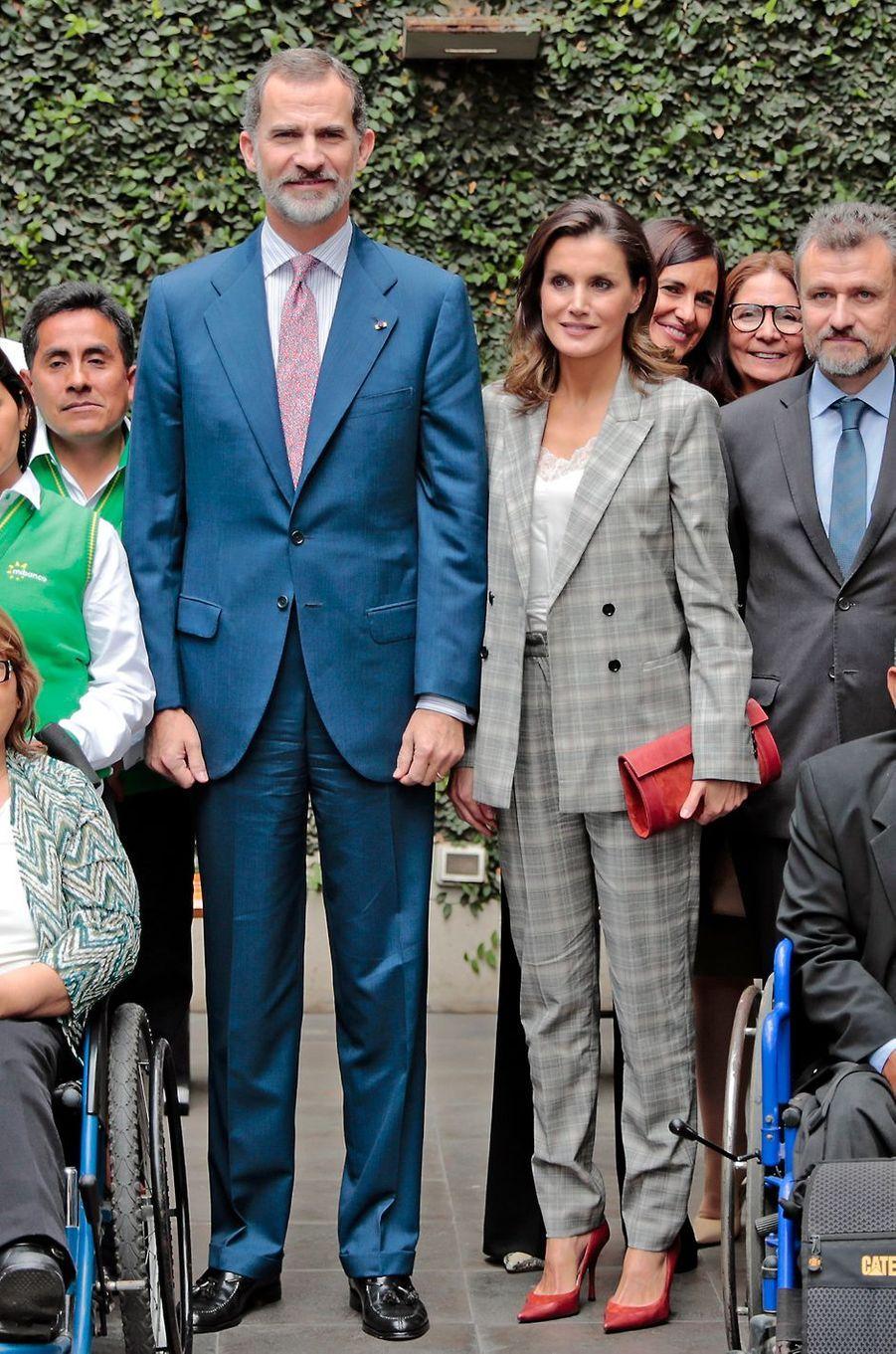La reine Letizia d'Espagne en Hugo Boss à Lima, le 13 novembre 2018