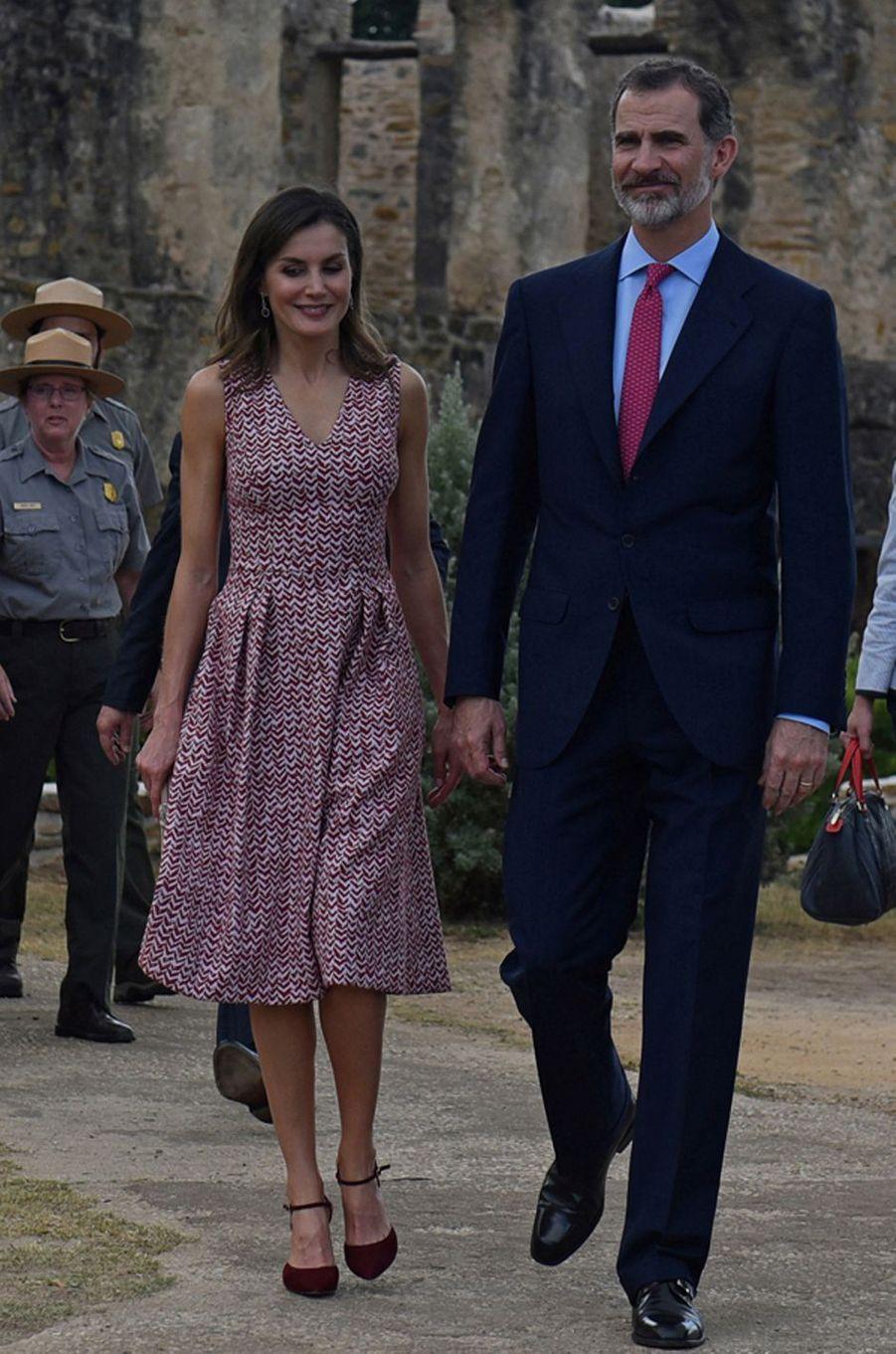 La reine Letizia d'Espagne dans une robe Carolina Herrera à San Antonio, le 17 juin 2018