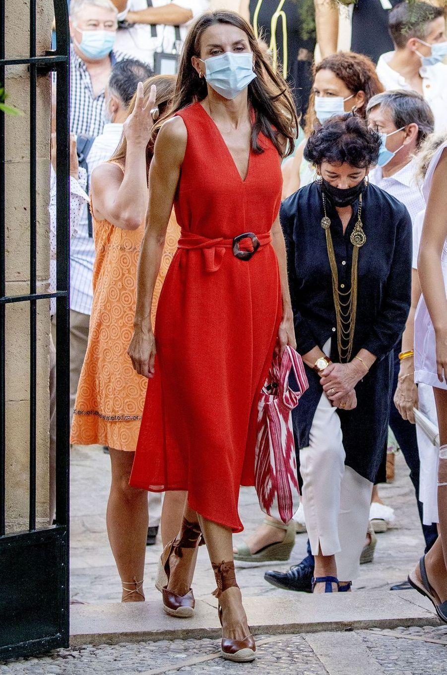 La reine Letizia d'Espagne, dans une robe Adolfo Dominguez, à Petra sur l'île de Majorque, le 10 août 2020
