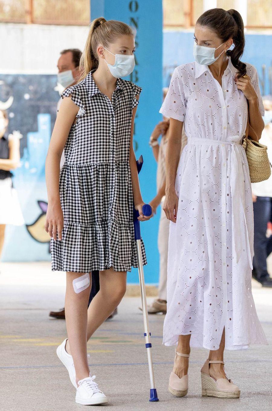 La reine Letizia d'Espagne dans une robe Vintage Ibiza à Palma sur l'île de Majorque, le 11 août 2020