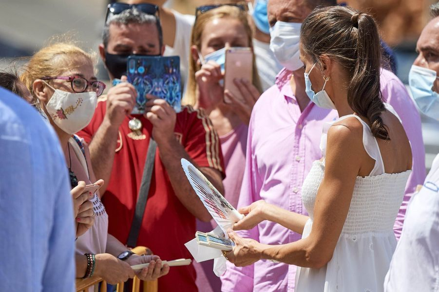 La reine Letizia d'Espagne sur l'île de Minorque, le 13 août 2020