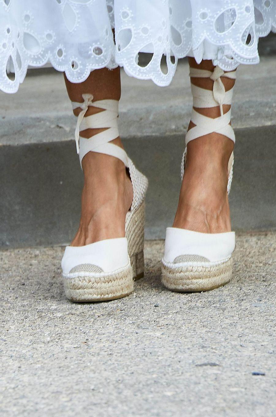Le bas de la robe et les chaussures de la reine Letizia d'Espagne sur l'île de Minorque, le 13 août 2020