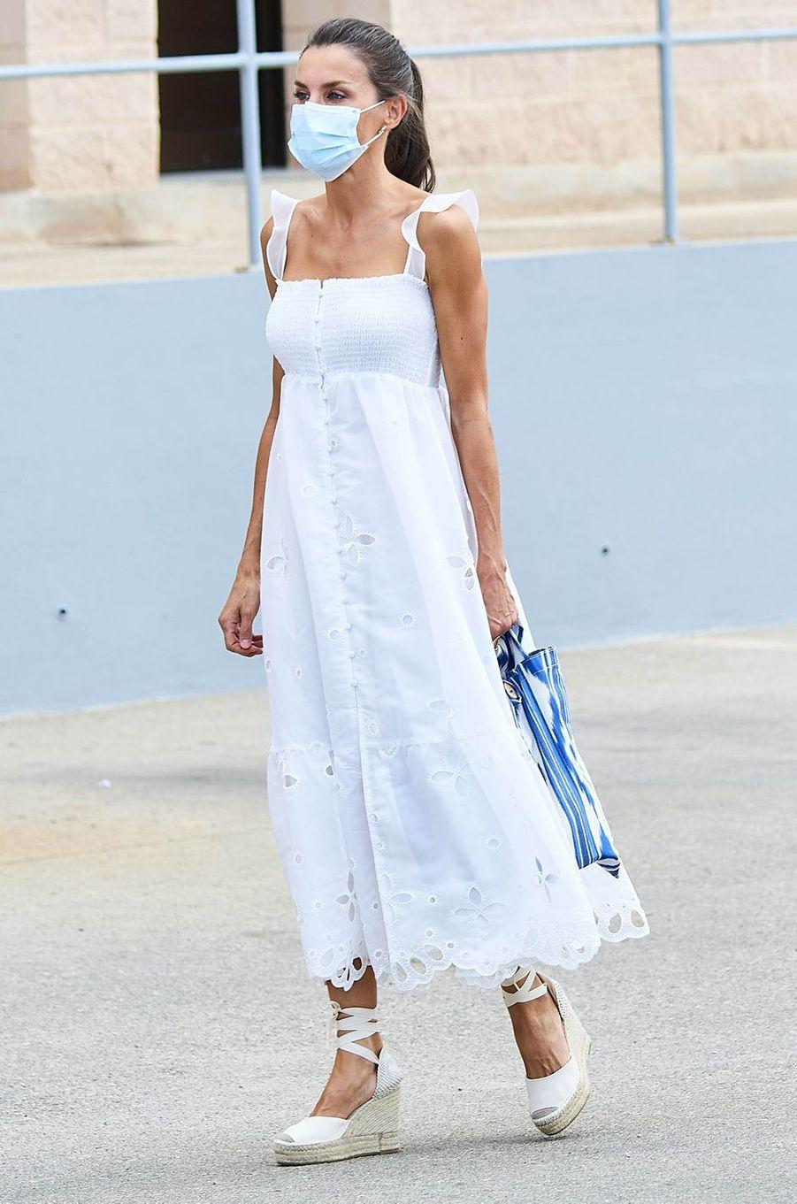 La reine Letizia d'Espagne dans une robe Uterqüe sur l'île de Minorque, le 13 août 2020