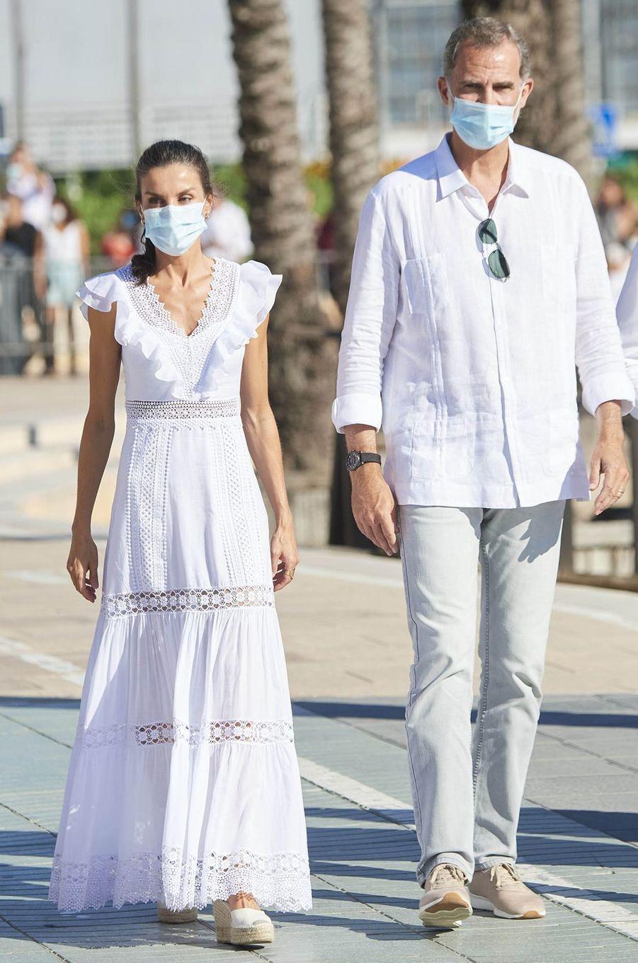 La reine Letizia d'Espagne dans une robe Charo Ruiz Ibiza sur l'île d'Ibiza, le 17 août 2020
