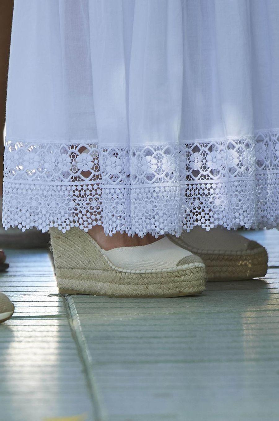 Le bas de la robe et les chaussures de la reine Letizia d'Espagne sur l'île d'Ibiza, le 17 août 2020