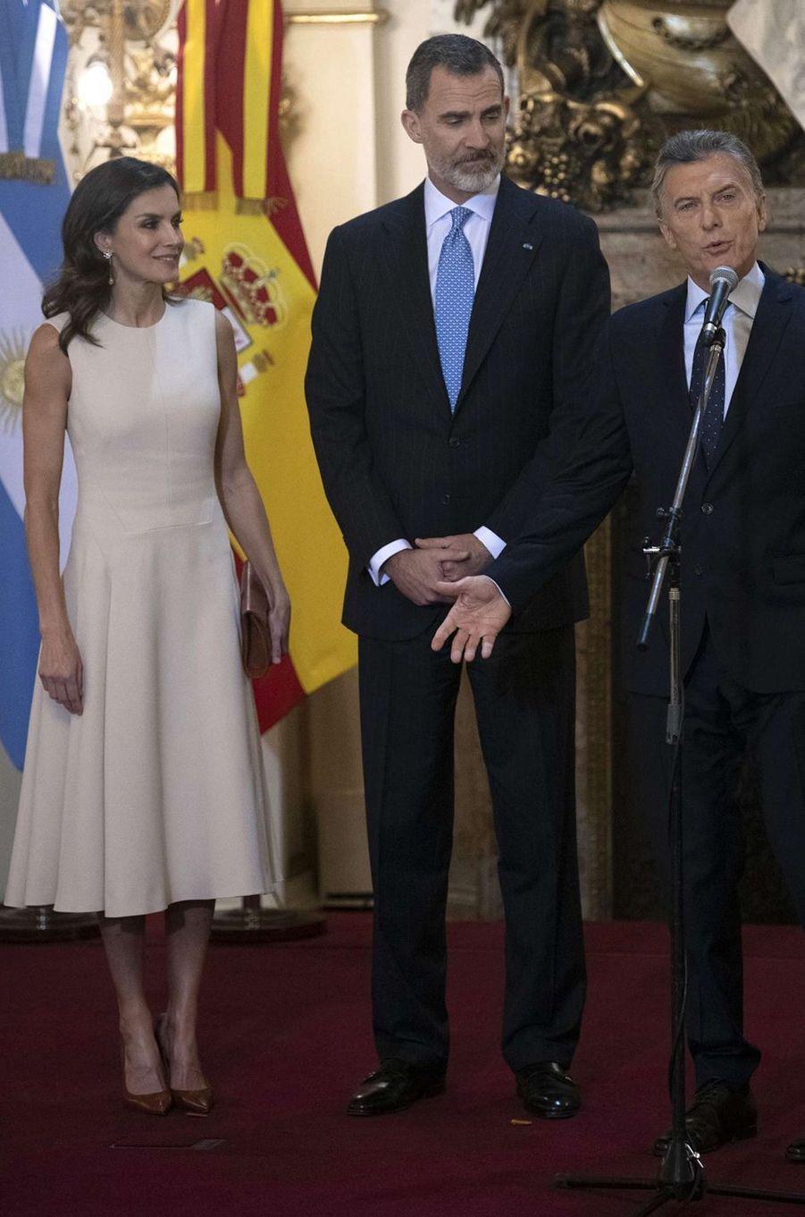 La reine Letizia d'Espagne dans une robe Pedro del Hierro à Buenos Aires, le 26 mars 2019