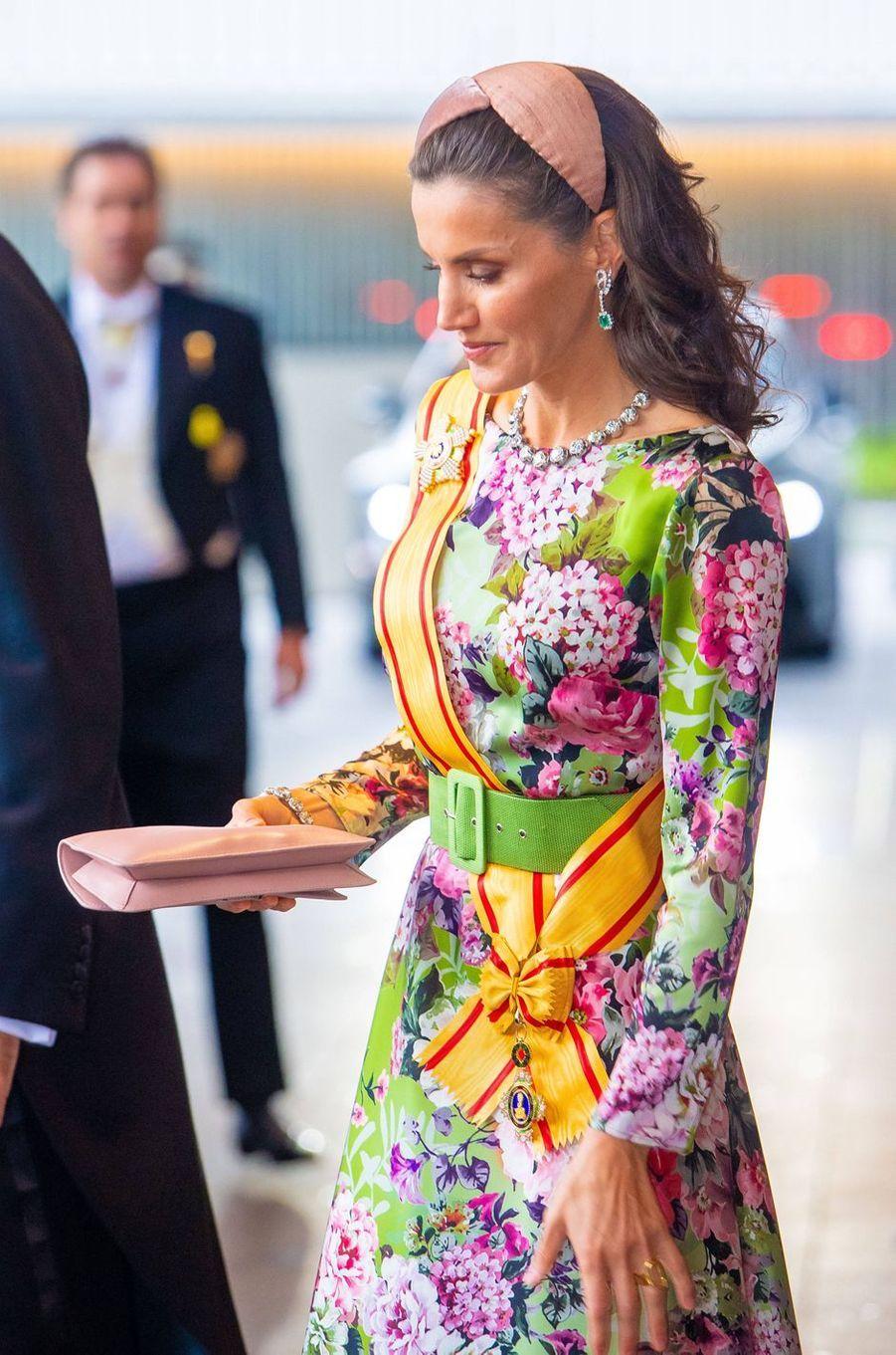 La reine Letizia d'Espagne portant sa bague Karen Hallam lors de la cérémonie d'intronisation de l'empereur Naruhito du Japon à Tokyo, le 22 octobre 2019