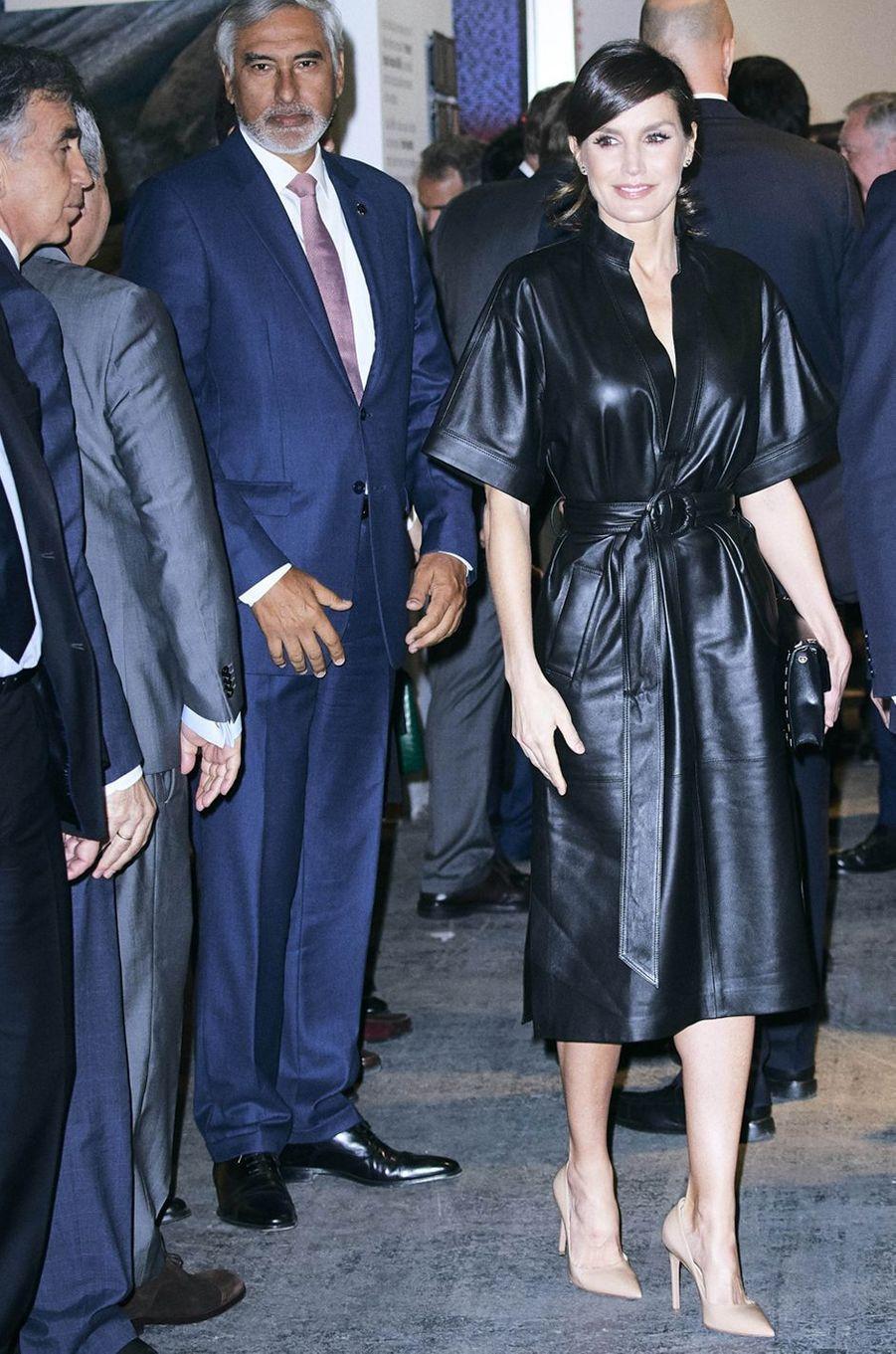 La reine Letizia d'Espagne dans une robe & Other Stories à Madrid, le 28 février 2019
