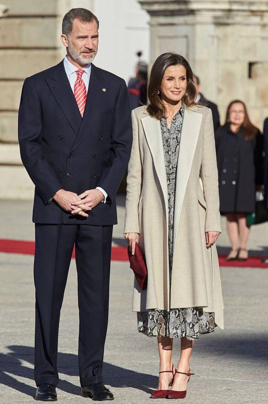 La reine Letizia d'Espagne dans un manteau Carolina Herrera à Madrid, le 27 février 2019