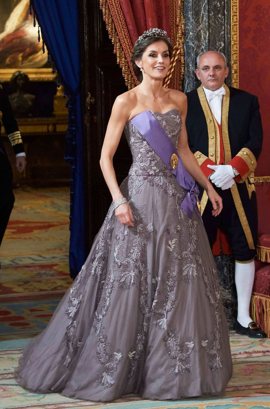La reine Letizia d'Espagne dans une robe Felipe Varela à Madrid, le 27 février 2019