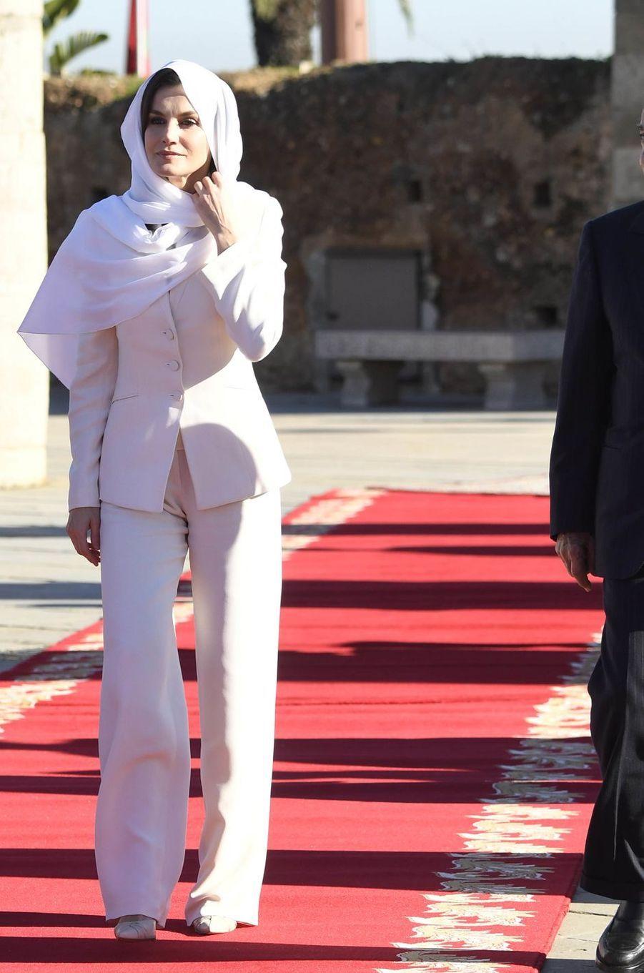 La reine Letizia d'Espagne dans un tailleur pantalon Armani au Maroc le 14 février 2019