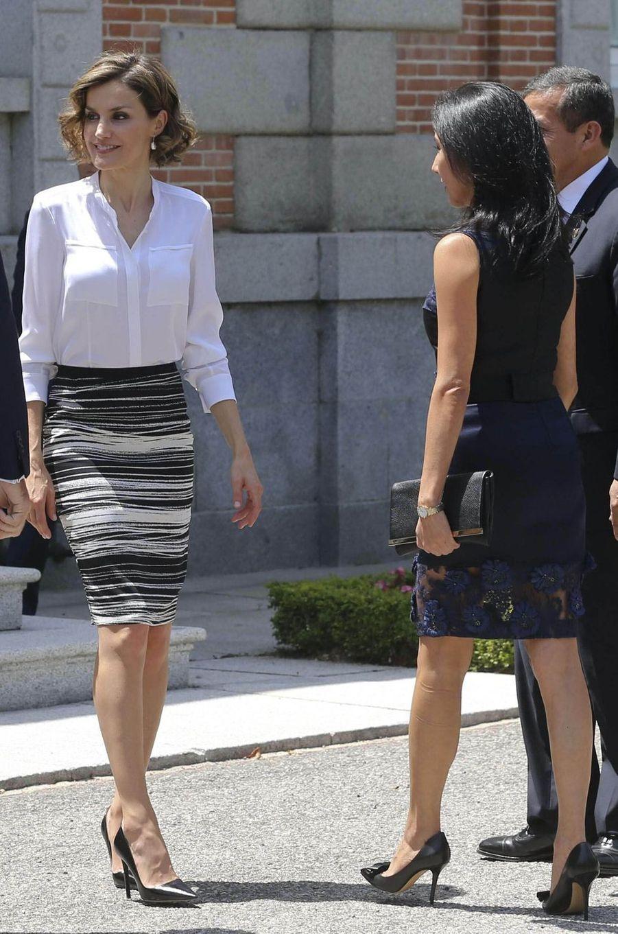 La reine Letizia d'Espagne dans une jupe Hugo Boss le 7 juillet 2015
