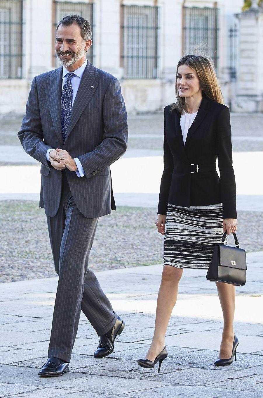 La reine Letizia dans une jupe Hugo Boss, avec le roi Felipe VI d'Espagne, le 7 novembre 2016