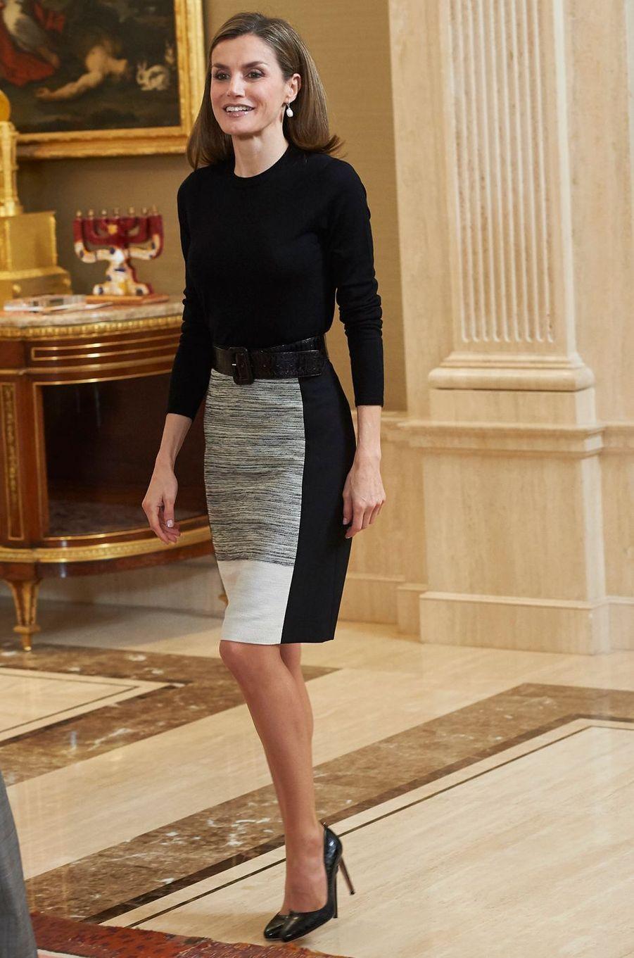 La reine Letizia d'Espagne dans une jupe Hugo Boss le 18 novembre 2016