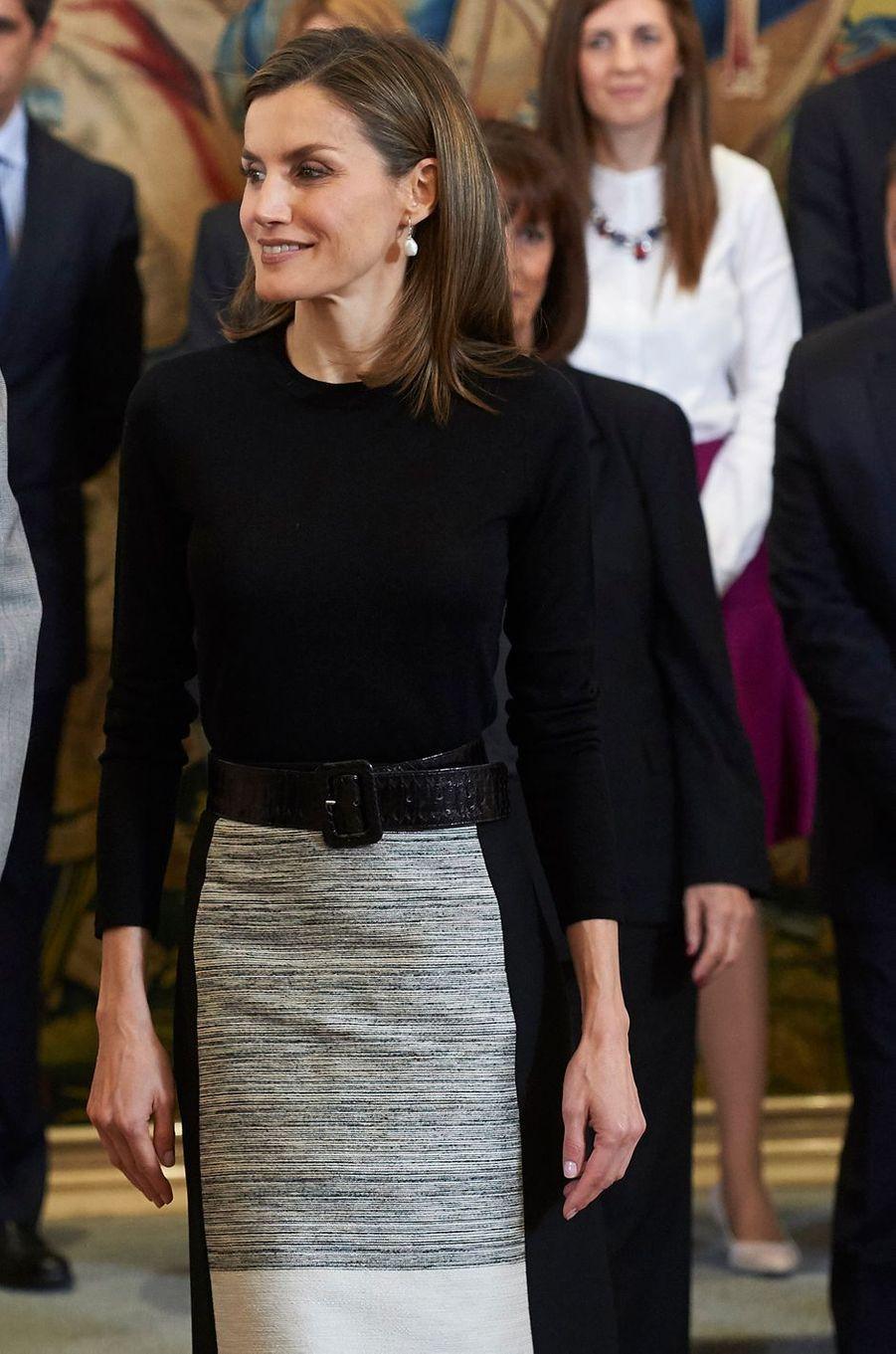 Détail de la partie haute de la jupe de la reine Letizia d'Espagne le 18 novembre 2016