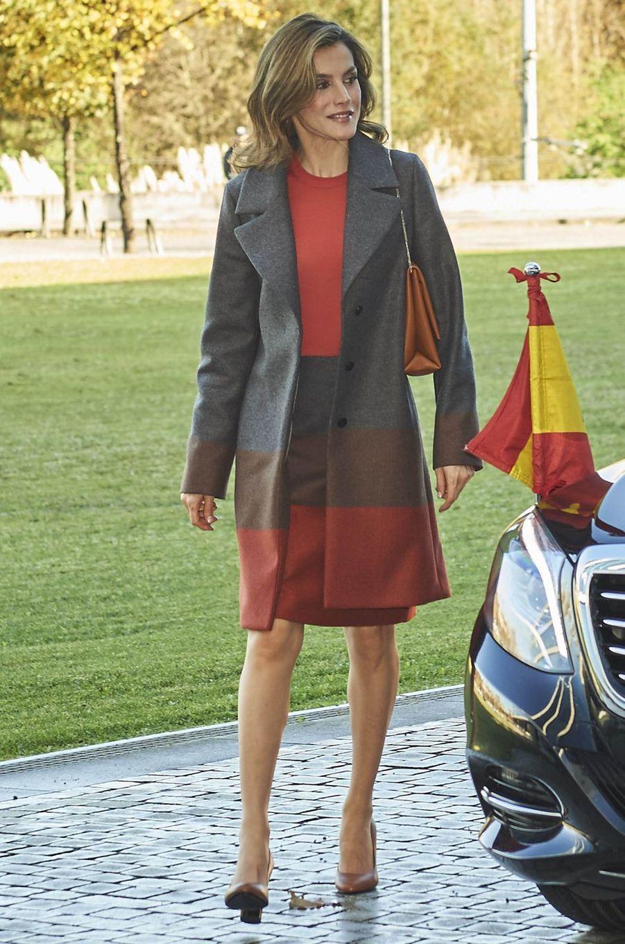 La reine Letizia d'Espagne dans un jupe Hugo Boss le 29 novembre 2016
