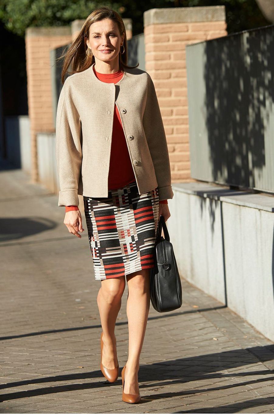 La reine Letizia d'Espagne dans une jupe Hugo Boss le 12 janvier 2017