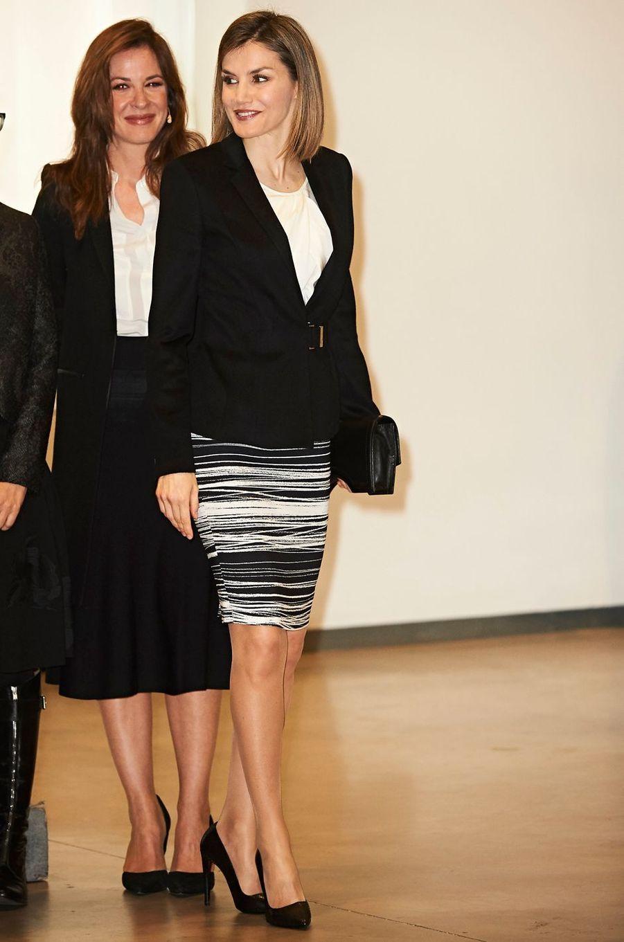 La reine Letizia d'Espagne dans une jupe Hugo Boss le 3 février 2016
