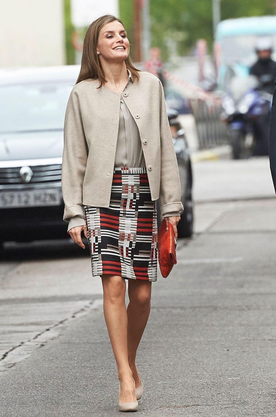 La reine Letizia d'Espagne dans une jupe Hugo Boss le 18 octobre 2016